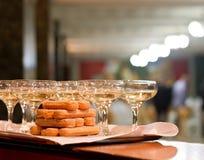 Vidrios de Champán y galletas de los melindres Imágenes de archivo libres de regalías