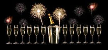Vidrios de champán con los fuegos artificiales Fotos de archivo