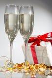 Vidrios de champán, regalos Imágenes de archivo libres de regalías