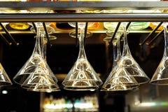 Vidrios de coctel que cuelgan sobre la barra Fotografía de archivo libre de regalías