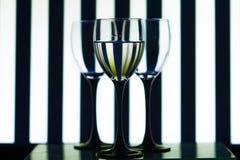Vidrios de cristal en las tiras del fondo imagenes de archivo