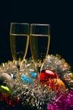 Vidrios de Cristmas con champán en fondo de la decoración de los cristmas Imagen de archivo