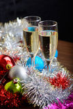 Vidrios de Cristmas con champán en fondo de la decoración de los cristmas Foto de archivo libre de regalías