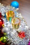 Vidrios de Cristmas con champán en fondo de la decoración de los cristmas Foto de archivo