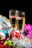 Vidrios de Cristmas con champán en fondo de la decoración de los cristmas Imagen de archivo libre de regalías