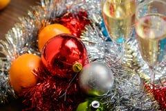 Vidrios de Cristmas con champán en fondo de la decoración de los cristmas Fotos de archivo
