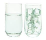 Vidrios de cubos del agua y de hielo Foto de archivo