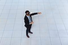 Vidrios de Digitaces del desgaste del hombre de negocios, realidad de Hold Hand Virtual del hombre de negocios Fotografía de archivo libre de regalías