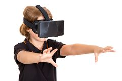 Vidrios de Digitaces de la realidad virtual del desgaste de la chica joven Fotografía de archivo