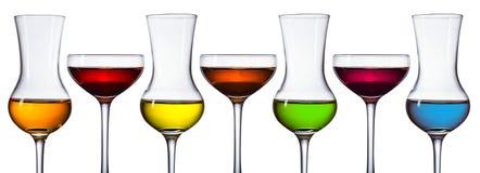 Vidrios de diversas bebidas alcohólicas en blanco Foto de archivo libre de regalías