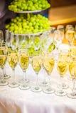 Vidrios de huéspedes que esperan del champán para imágenes de archivo libres de regalías