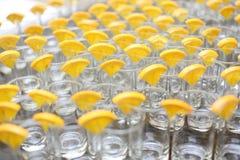 Vidrios de jugo de limón en la tabla de madera, primer Foto de archivo