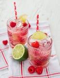Vidrios de jugo fresco, hecho en casa fotos de archivo