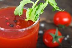 Vidrios de jugo de tomate con los tomates de cereza Imagen de archivo