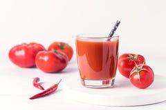 Vidrios de jugo de tomate sabroso con los tomates crudos en la bebida de madera blanca del Detox de la dieta sana del fondo Fotografía de archivo libre de regalías