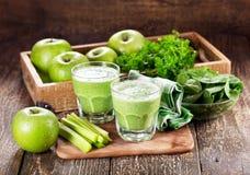 Vidrios de jugo verde con la manzana, el apio y la espinaca Fotografía de archivo libre de regalías