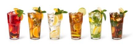 Vidrios de jugos de fruta con los cubos de hielo Fotografía de archivo