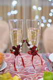 Vidrios de la boda con champán Imagen de archivo
