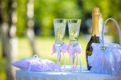 Vidrios de la boda con champán en la ceremonia fotos de archivo libres de regalías