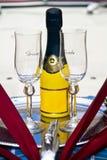 Vidrios de la boda del novio y de la novia y botella de Champán Fotos de archivo libres de regalías