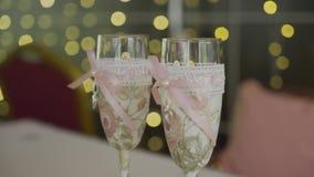 Vidrios de la boda Derramar Champán en los vidrios Alcohol festivo Los vidrios de la novia y del novio Caminata Wedding almacen de video