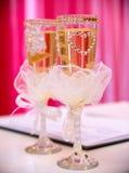 Vidrios de la boda en la tabla Fotos de archivo libres de regalías