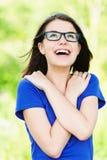 Vidrios de la chica joven que miran para arriba Imagen de archivo libre de regalías