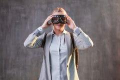 Vidrios de la empresaria de la mujer joven en vuelo Concepto, negocio con gran éxito y aceleración imágenes de archivo libres de regalías