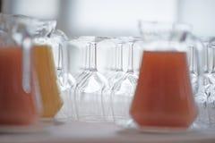 Vidrios de la jarra y de vino Foto de archivo