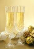 Vidrios de la Navidad con champán. Imagenes de archivo