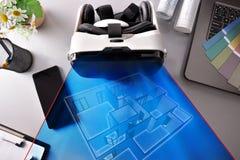 Vidrios de la realidad virtual en representa de la sobremesa de la oficina del decorador Imágenes de archivo libres de regalías
