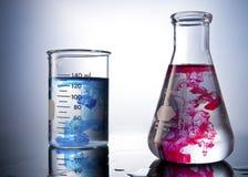 Vidrios de Labolatory de la química con colores Foto de archivo