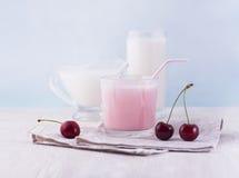 Vidrios de leche y de bayas deliciosas del batido de leche y frescas en whi Fotos de archivo