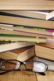 Vidrios de lectura en el libro abierto fotos de archivo libres de regalías