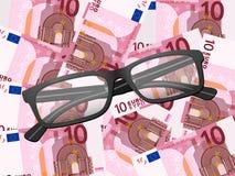 Vidrios de lectura en fondo del euro diez Foto de archivo libre de regalías