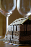 Vidrios de los pasteles y de vino del chocolate Fotos de archivo libres de regalías
