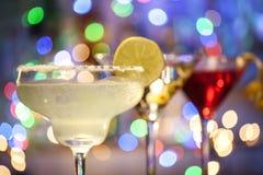 Vidrios de margarita, de martini y de cócteles cosmopolitas Fotos de archivo