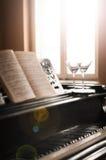 Vidrios de música del vino y del piano Imagen de archivo libre de regalías