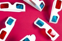 Vidrios de papel 3d en fondo rosado Concepto de la película Cine en 3d Película de observación en el cine Muchos vidrios 3d Imágenes de archivo libres de regalías