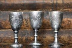 Vidrios de plata en el fondo de libros viejos foto de archivo libre de regalías