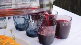 Vidrios de Pouring Juice Into A del camarero en un banquete almacen de video