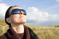Vidrios de sol de la mujer que llevan Fotografía de archivo