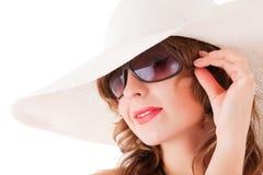 Vidrios de sol de la mujer y sombrero de paja que desgastan Imagen de archivo libre de regalías