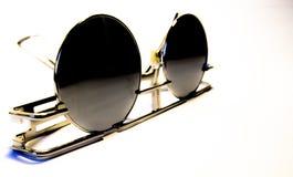 Vidrios de sol del vintage, puestos en contraste en el fondo blanco Imágenes de archivo libres de regalías