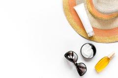 Vidrios de Sun, crema del protiction, sombrero para la maqueta blanca de la opinión superior del fondo del resto de la playa Imagenes de archivo