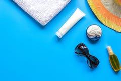 Vidrios de Sun, crema del protiction, sombrero, peine para la maqueta azul de la opinión superior del fondo del resto de la playa Imagenes de archivo