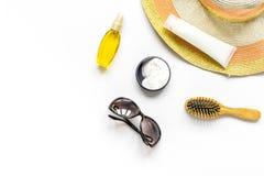 Vidrios de Sun, crema del protiction, sombrero, peine para la maqueta blanca de la opinión superior del fondo del resto de la pla Imagen de archivo libre de regalías
