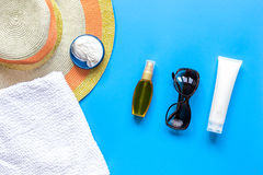 Vidrios de Sun, crema del protiction, sombrero, peine para la opinión superior del fondo azul del resto de la playa Fotos de archivo