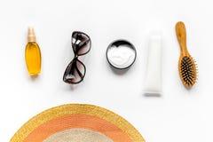 Vidrios de Sun, crema del protiction, sombrero, peine para la opinión superior del fondo blanco del resto de la playa Fotos de archivo libres de regalías