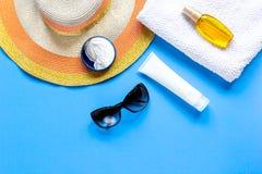 Vidrios de Sun, crema del protiction, sombrero, toalla para la maqueta azul de la opinión superior del fondo del resto de la play Fotos de archivo libres de regalías